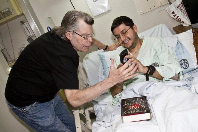 Стивен Кинг наносит визит в военный госпиталь USO в ноябре 2013 года. Изображение № 1.