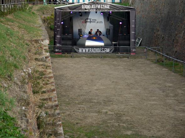 Сцена местной радиостанции, на которой диджеи ставили банальный евродэнс, почти всегда пустая. Под утро заполнялась людьми с пустыми глазами и с минералкой в руках, которые уже были не в состоянии найти дорогу к Dance Arena. Изображение № 12.