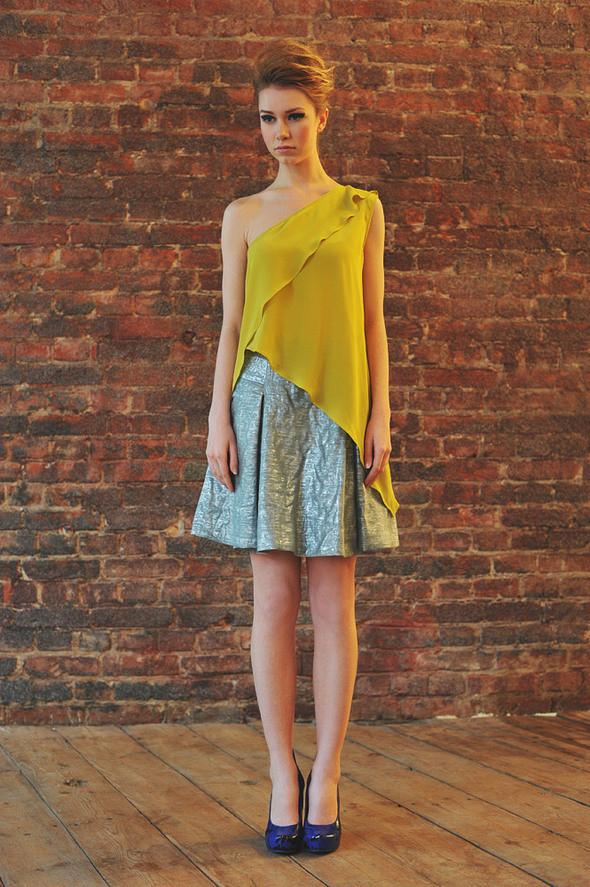 CW11 топ желтый, состав:100% шелк размеры: s  СW51 юбка состав:50% шелк, 50% люрекс размеры: xs, s . Изображение № 15.
