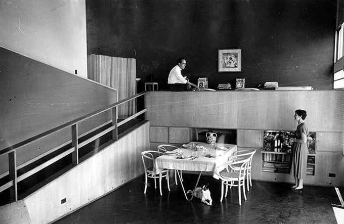 Оскар Нимейер с женой в их доме в Рио-де-Жанейро. 1950 год.. Изображение № 2.