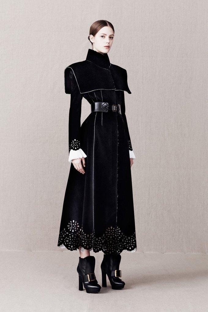 Вышли предосенние коллекции Alexander McQueen, Moschino и Valentino. Изображение № 6.