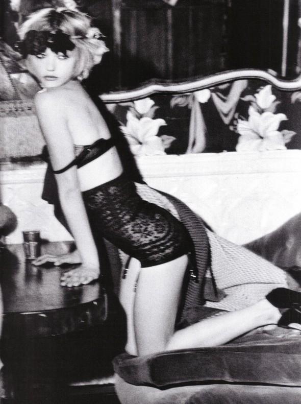 Архивная съёмка: Мила Йовович и Саша Пивоварова для Vogue, 2009. Изображение № 7.