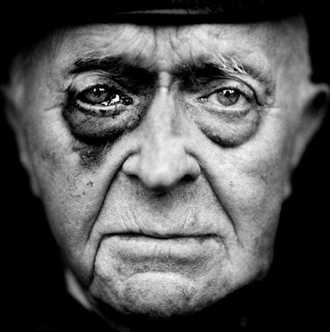 """Лейн Йонкер 1916 года рождения, Нидерланды """"25 октября 1943 года мы вылетели во Францию, бомбить аэропорт. Немцы палили по нам с земли. Самолет подбили, я был тяжело ранен. Правая рука висела на клочке кожи. Стеклянная орудийная башня, в которой я сидел, была разрушена, но я не мог оттуда выбраться. Так мы и полетели обратно в Англию. На девять месяцев меня положили в больницу. Друзьям не позволяли меня навещать: командиры боялись, что, увидев меня, они не захотят больше летать. К счастью, руку пришили на место. В больнице я получил письмо от королевы Вильгельмины и крест «За летные боевые заслуги». Я был несколько разочарован, потому что такие награды обычно вручали лично принц Бернард или королева. Зато король Георг с женой меня навестили. Король отметил мою храбрость, а королева потом прислала мне множество открыток."""". Изображение № 7."""