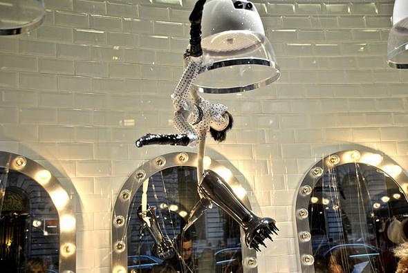 10 праздничных витрин: Робот в Agent Provocateur, цирк в Louis Vuitton и другие. Изображение № 38.