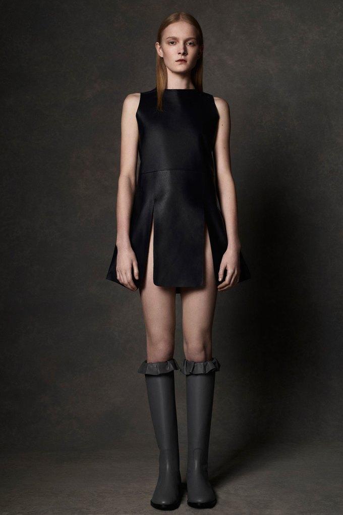 Вышли предосенние коллекции Alexander McQueen, Moschino и Valentino. Изображение № 2.