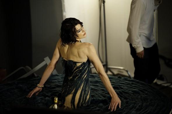 Мила Йовович в календаре Campari 2012. Изображение № 44.