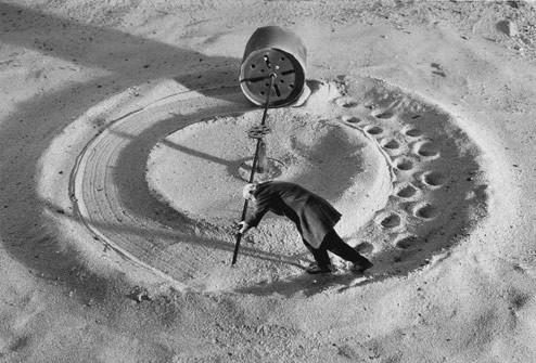Gilbert Garcin и его честное черно-белое. Изображение № 4.