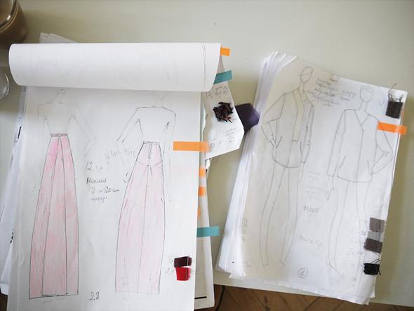 Эскизы коллекции — первое, с чем приходит в цех дизайнер. Но и они не являются обязательным условием: работники цеха нередко обходятся без них. Изображение № 12.