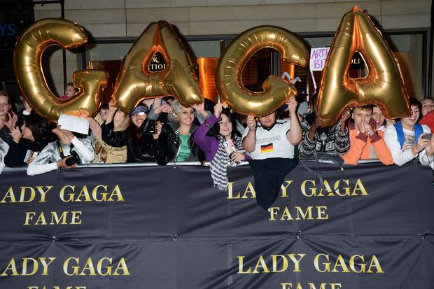 Леди Гага представила в Harrods духи FAME. Изображение № 22.