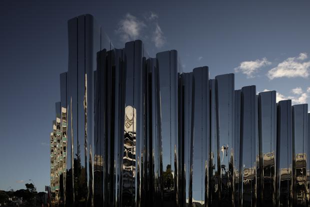 Архитектура дня: музей сволнистым фасадом изнержавеющей стали. Изображение № 4.