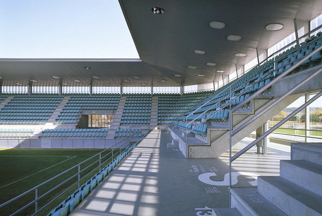 Стадион Nueva Balastera — смесь игры Portal и мира кристаллов. Изображение № 10.