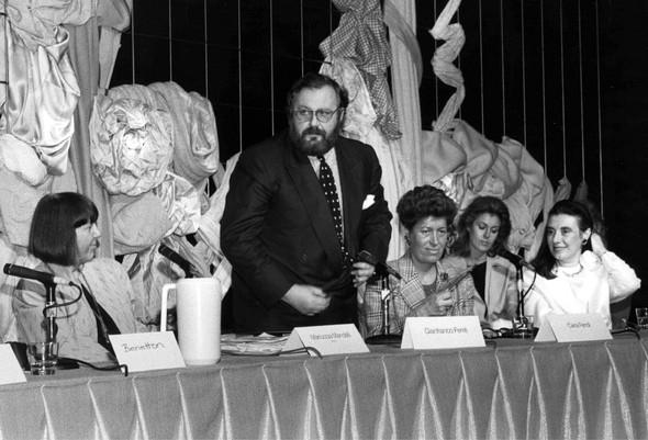 Из архива Академии DOMUS: Gianfranco Ferrè на пресс-конференции (1992 год).. Изображение № 18.