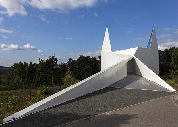В Германии построили похожую на Бэтмена церковь. Изображение № 1.