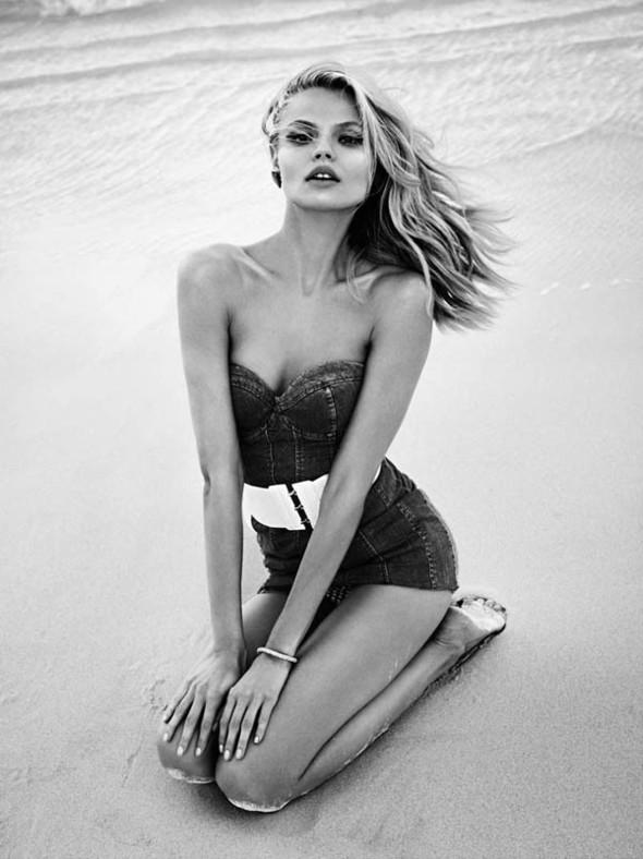 Магдалена Фраковяк на пляже для Vogue Paris. Изображение № 9.