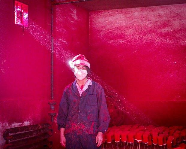 Рабочий Вэй на китайской фабрики по покраске игрушек ждёт пока высохнет краска на последней партии / Автор: Ronghui Chen. Изображение № 6.