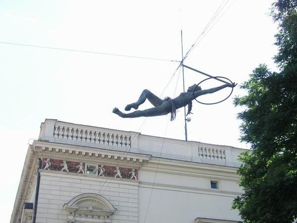 Скульптуры Джерзи Кедзиоры, парящие в воздухе. Изображение № 17.