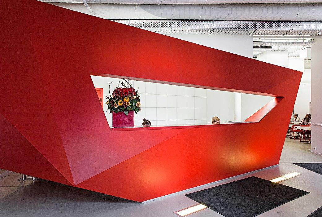 Лестница в никуда и хаски в московском офисе BBDO. Изображение № 5.