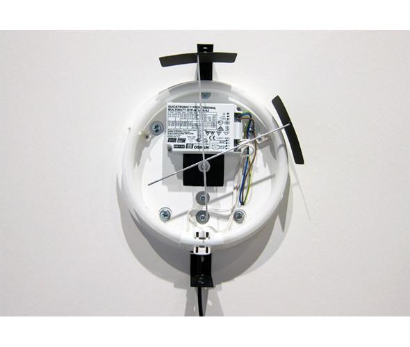 Гибрид часов и светильника «Movement of a moment», показывающий время изменением освещения, от шведского дизайнера Джеспера Джонссона. Изображение № 46.