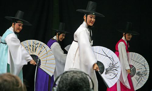 Танцующие геи-китайцы навоздушных шарах. Изображение № 3.