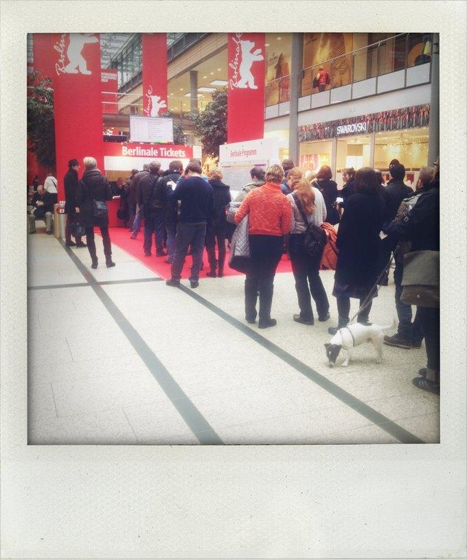 В соседнем молле люди вместо сейла с утра стоят за билетами. Изображение № 5.