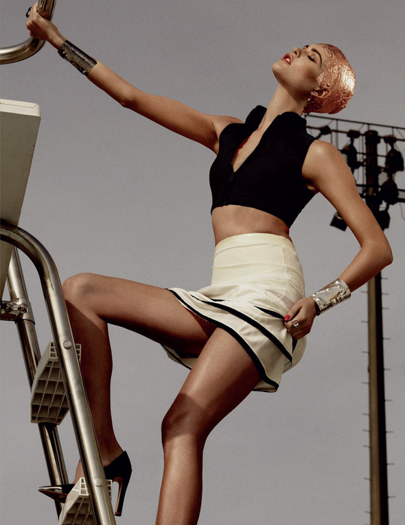 Быстрее, выше, сильнее: Модные съемки, вдохновленные спортом. Изображение №5.