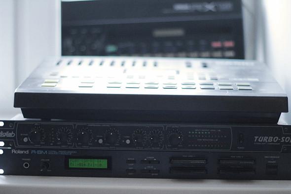 Драм-машина Casio RZ-1 (сверху), драм-машина Yamaha RX15 (сзади), компрессор Digilab Turbo-Soft (посередине), драм-машина Roland R-8M (снизу). Изображение № 26.