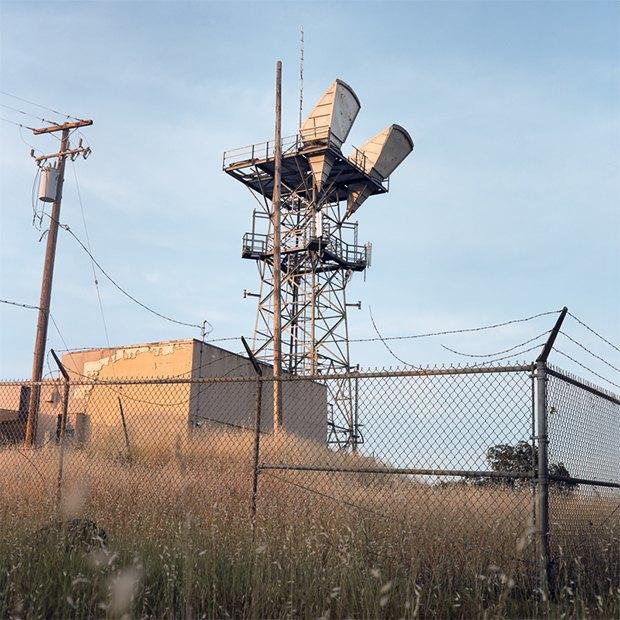 Заброшенные телефонные башни вгорах ипустынях . Изображение № 20.