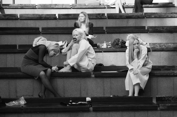 Изображение 6. За кулисами своего показа Мария Рыбальченко предсказала будущее, окунулась в прошлое, живя настоящим.. Изображение № 1.