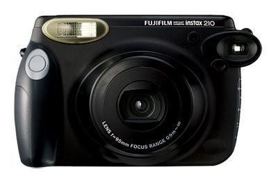 Фотокамера моментальной печати Instax 210.  Instax 210 оснащен ручкой округлой формы, автоматической вспышкой, обладает двумя диапазонами фокусировки и электронным затвором.. Изображение № 2.