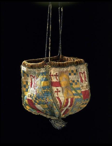 1540 Это официальный геральдический кошелек- такие кошельки, связанные с браком, имели большее значение, чем кошелек для денег или для душистых трав.  Геральдика на этом кошельке отражает 4 брака (то есть 4 союза семьи), высшей из которых сэра Генри Паркер и Элизабет Калторп.. Изображение № 10.