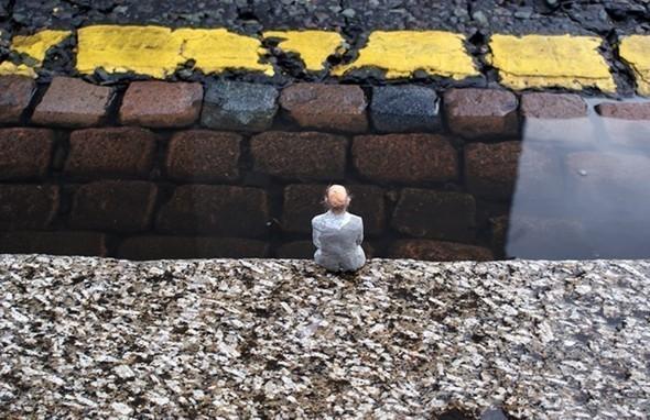 «Уважая желтую линию» Айзек Кордал (Isaac Cordal), 2010. Изображение № 6.