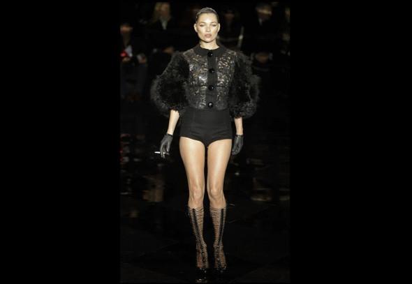 Кейт Мосс закрывает показ Louis Vuitton. Фотографии: Getty/AP/Louis Vuitton. Изображение № 9.