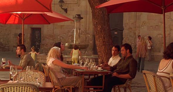 2. Neri Ресторан на первом этаже одноименного бутик-отеля, который расположен в здании XVIII века в сердце Готического квартала. Внутри места хватает только на тридцать пять человек, но в благоприятную погоду лучше сесть на улице перед фонтаном площади Sant Felip Neri. Правда, у этого романтичного места трагическая история — именно сюда направлялся Антонио Гауди, когда его переехал трамвай. . Изображение №65.