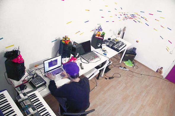 На столе слева — все для записи и микширования. Мониторы Yamaha MPS5, звуковая карта Intrasonic Windy 6, микшерный пульт Mackie 402-VLZ3 и ноутбук с необходимым набором программ. Изображение № 49.