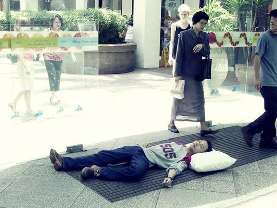 Пока ты спал:  Спящий приятель в публичных местах. Изображение № 7.