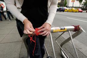 Бомбардировщики пряжей одевают улицы ввязаное граффити. Изображение № 14.
