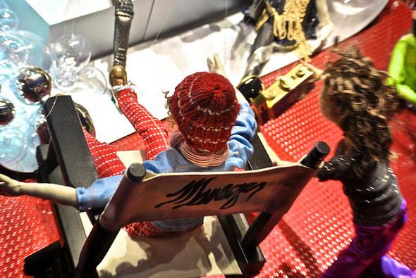 10 праздничных витрин: Робот в Agent Provocateur, цирк в Louis Vuitton и другие. Изображение № 30.