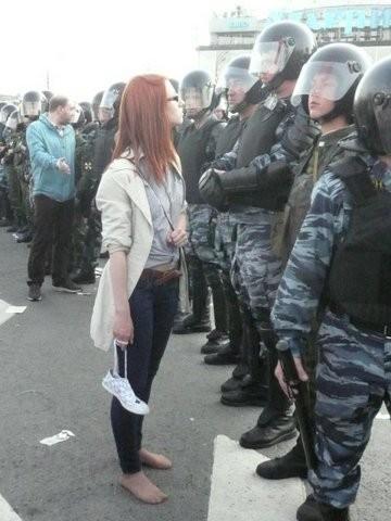 Девушка босиком гордо смотрит на войска ОМОН . Изображение № 1.