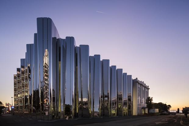 Архитектура дня: музей сволнистым фасадом изнержавеющей стали. Изображение № 1.