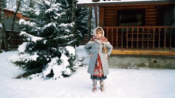 """""""Алина на фоне дачного дома"""", Москва 2009.  Когда я фотографировала Алину, температура воздуха была ниже нуля, но девочка совсем не жаловалась на холод. Такое отношение показывает силу ее истинно русского характера.. Изображение № 5."""