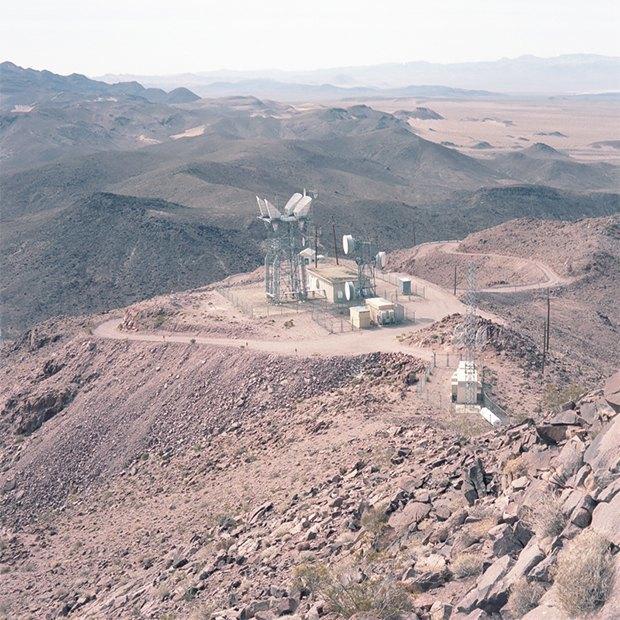 Заброшенные телефонные башни вгорах ипустынях . Изображение № 15.