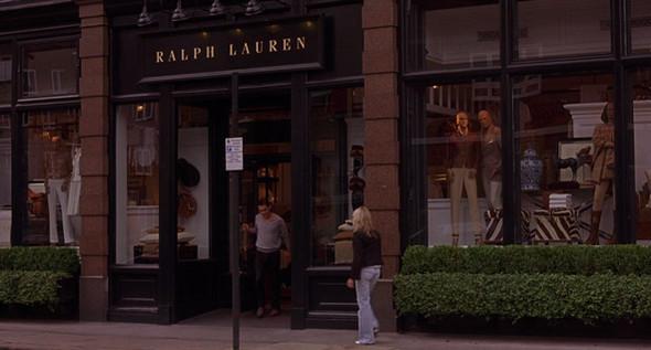 10. Ralph Lauren  Бутик со знаменитыми рубашками поло и не только — в Южном Кенсингтоне. В магазине можно купить точно такой же кашемировый джемпер, с каким из дверей выходит Крис (натыкаясь на Нолу, спешащую на прослушивание в Royal Court).. Изображение №36.