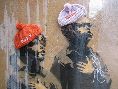 Бомбардировщики пряжей одевают улицы ввязаное граффити. Изображение № 20.