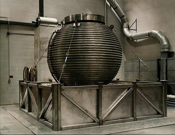 Динамо III, Studying Magnetic Fields and Impending Pole Reversal. University of Maryland, Nonlinear, Dynamics Laboratory. Динамо III - самая большая модель ядра Земли, состоящая из стальной сферы шириной 10 футов. Она заполнена 14 тоннами огнеопасного жидкого натрия, имитирующего внешнее ядро Земли. Медный шар шириной 3 фута имитирует твердое внутреннее ядро Земли. Построенная геофизиками, во главе с доктором Даниэлем П. Лэнтропом, эта конструкция вырабатывает свое собственное и самоподдерживающееся магнитное поле. Как Солнце и Юпитер, Земля окружена магнитным полем, которое простирается на тысячи миль в космос. Эта магнитосфера защищает Землю и ее атмосферу от ультрафиолетового излучения. Магнитное поле Земли заставляет компас показывать на Северный полюс и ведет животных на миграционных путях, таким образом помогая выживанию разновидностей и воспроизводству.. Изображение № 10.