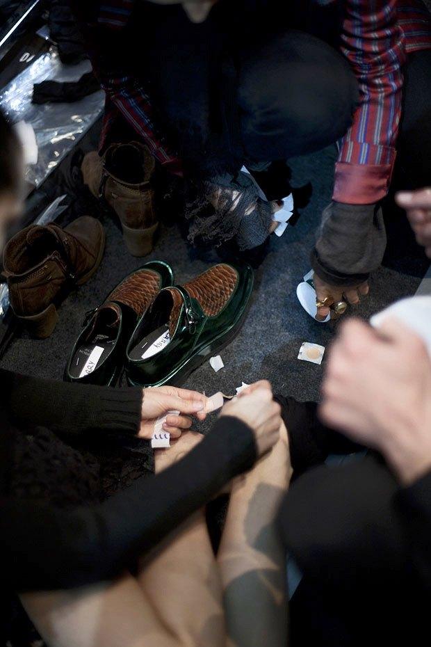 Репортаж: Сияющая кожа и туфли металлик на бэкстейдже Damir Doma. Изображение № 12.