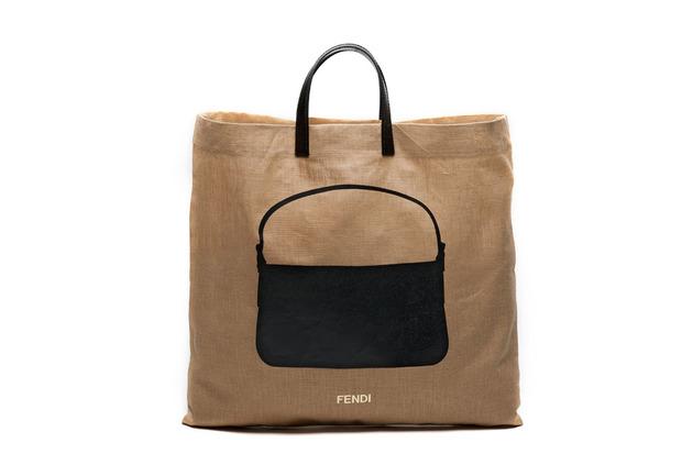 Карл Лагерфельд выпускает коллекцию к юбилею сумки Fendi Baguette. Изображение № 3.