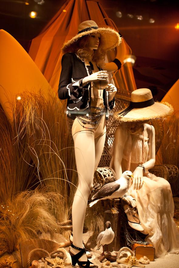 10 праздничных витрин: Робот в Agent Provocateur, цирк в Louis Vuitton и другие. Изображение № 19.
