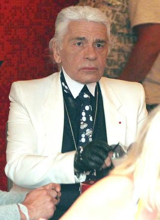 На прошлой неделе в Сен-Тропе Карла Лагерфельда, креативного директора Chanel, сняли без очков. Изображение № 1.