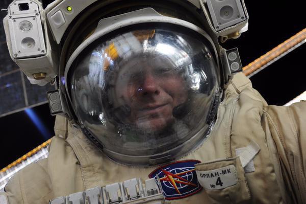 Падалка сделал селфи во время выхода в открытый космос. Изображение № 1.
