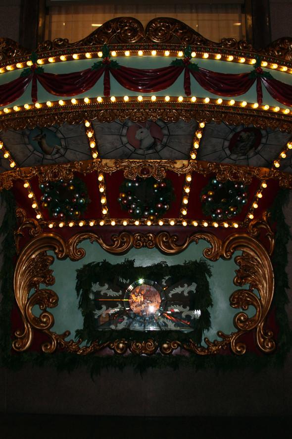 10 праздничных витрин: Робот в Agent Provocateur, цирк в Louis Vuitton и другие. Изображение № 51.